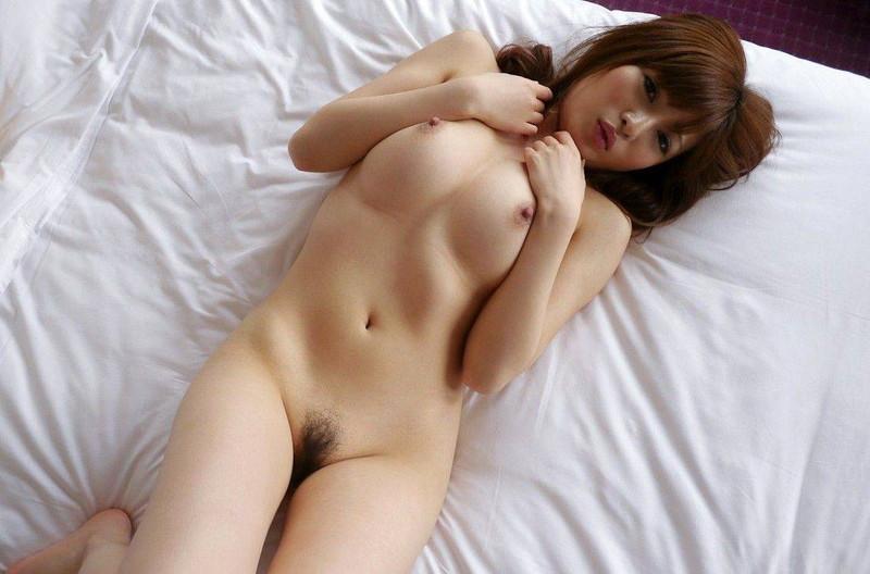 美女が全裸で仰向け!