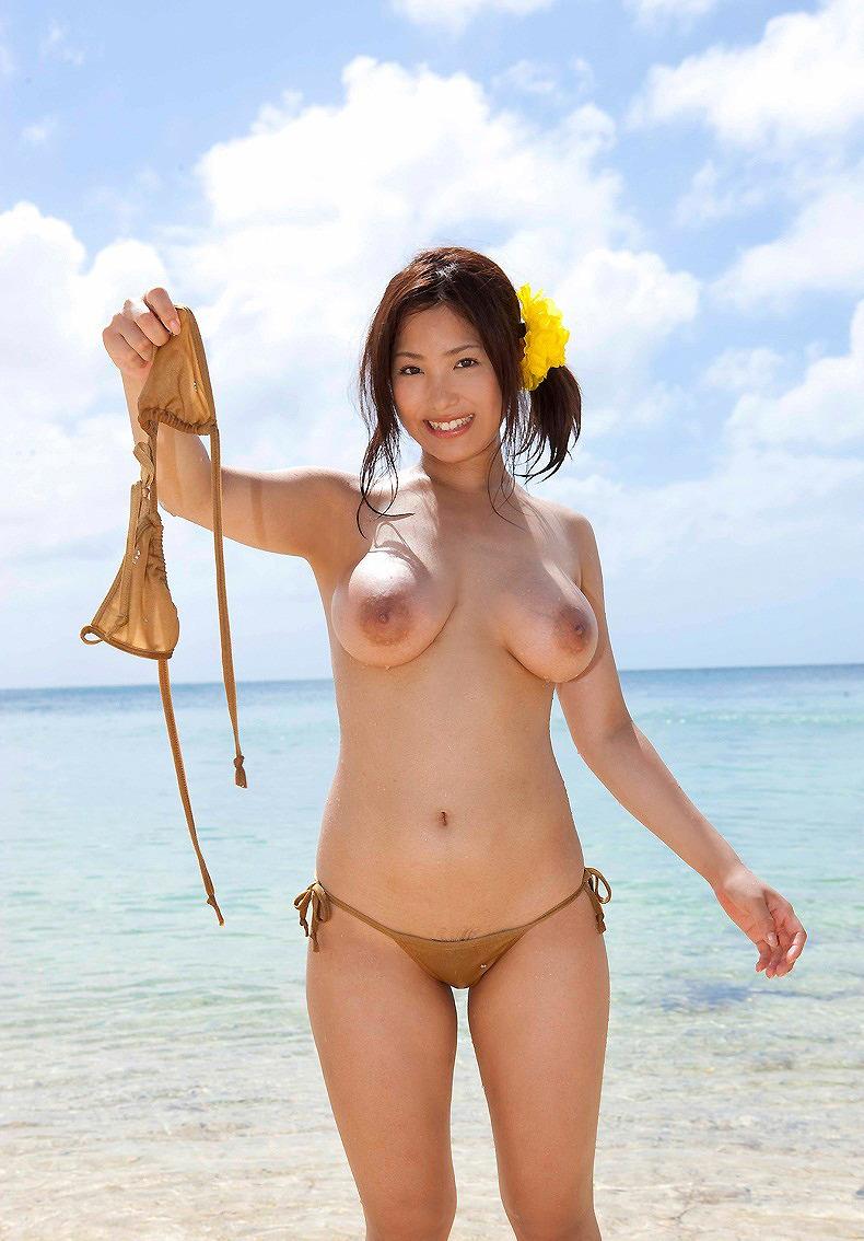 ビーチで全裸のお姉さん!