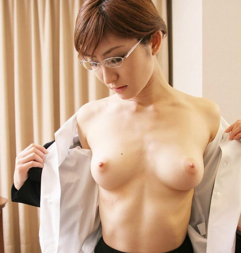 服を脱いだらおっぱい丸見え!