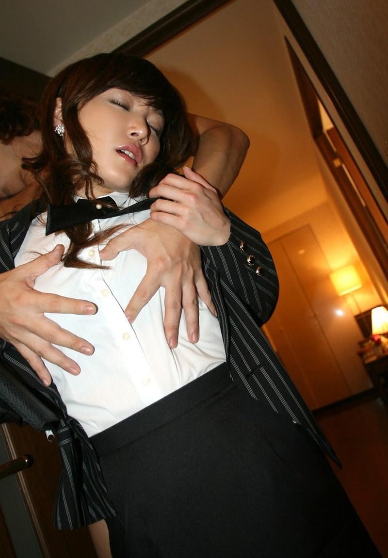 スーツ姿のお姉さんに背後から乳揉み!