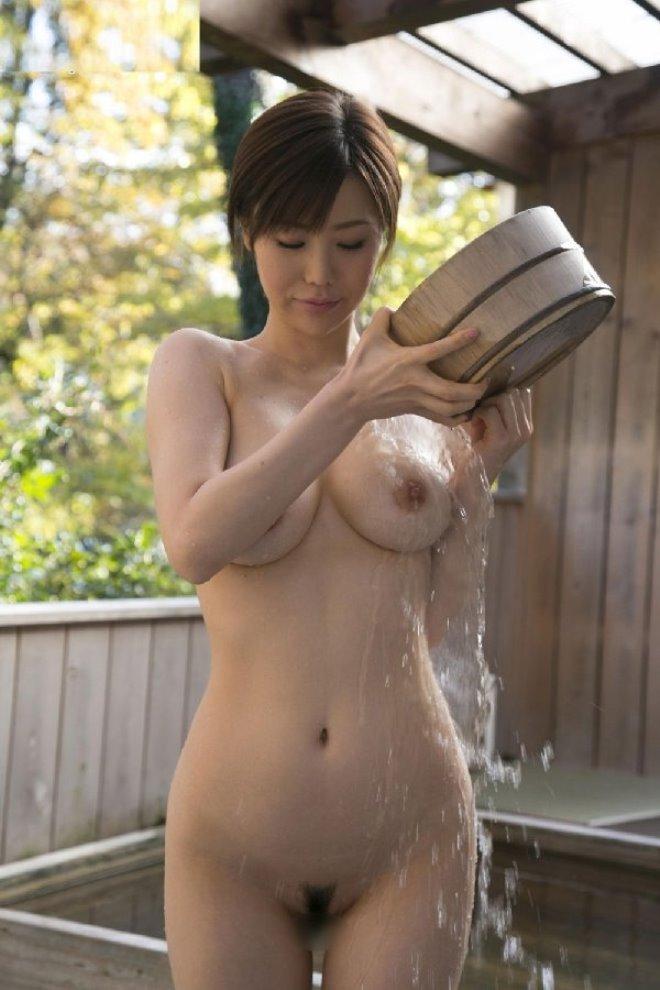 お風呂で掛け湯する爆乳お姉さん!