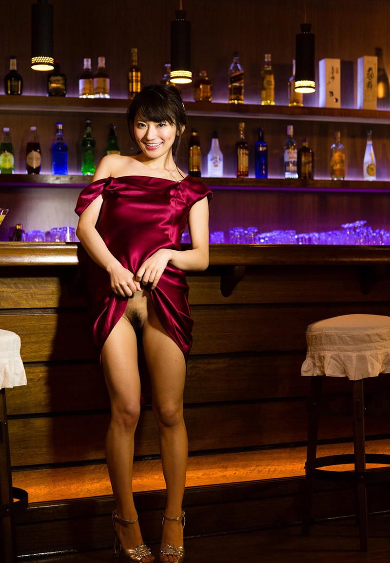 バーで色っぽい美女が…