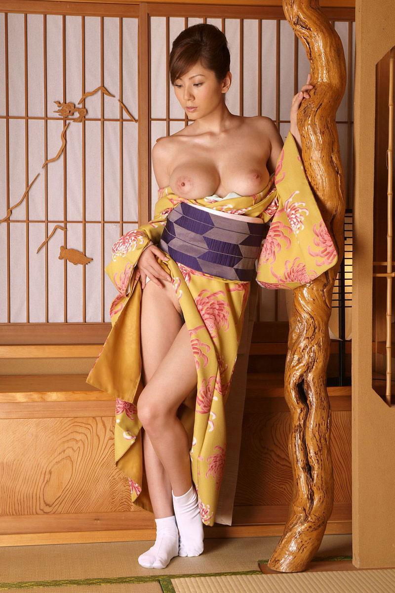 巨乳丸見えの和服美女!