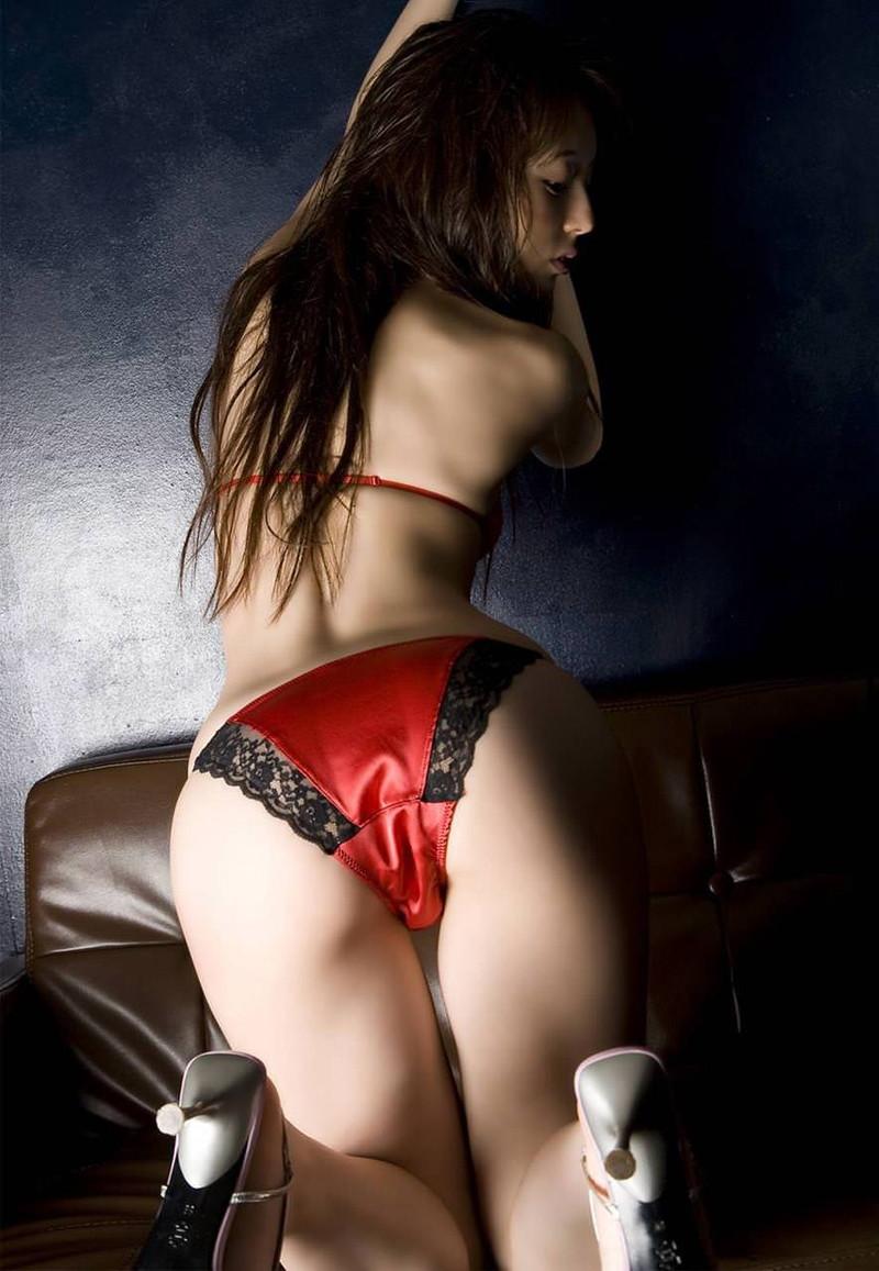 赤のサテンパンティーがセクシーだ!