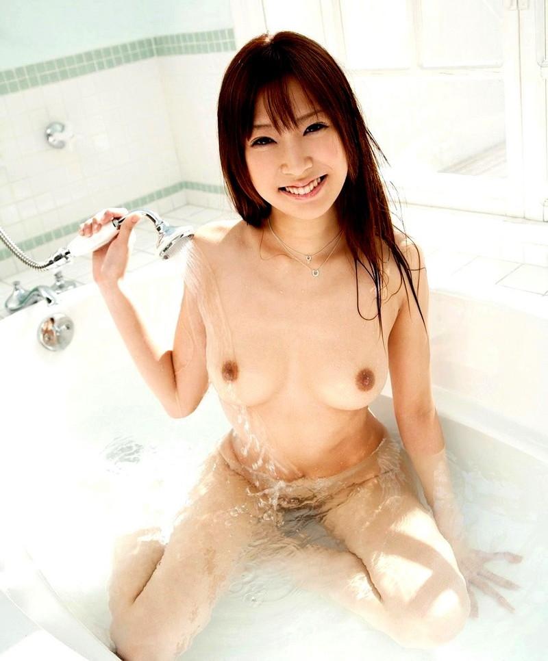 湯船に浸かる美女がエロい!
