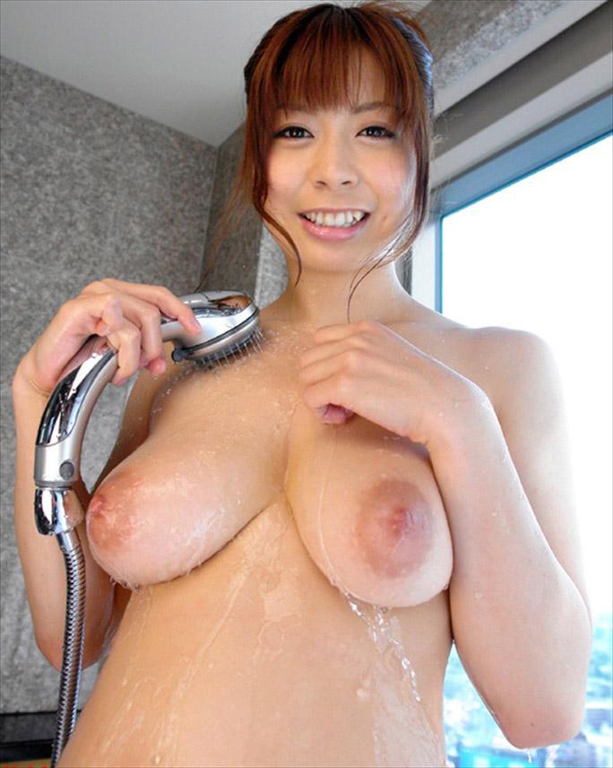 シャワー浴びてる美女の垂れ乳がエロい!