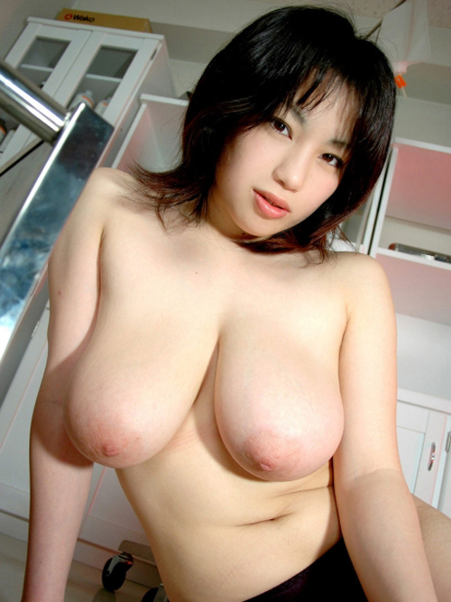 トップレスのお姉さんの垂れ乳が強調される!