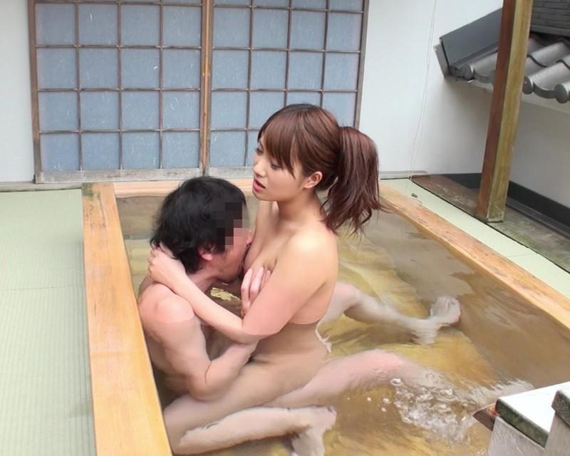 対面座位を温泉に浸かりながら!