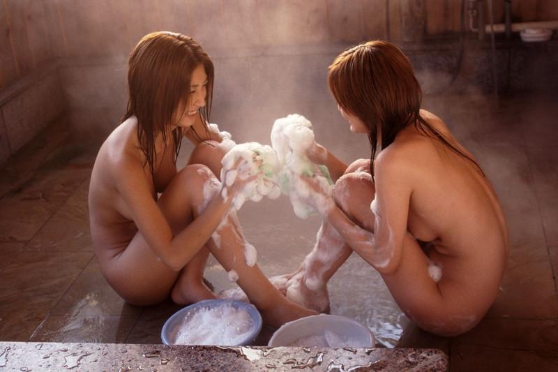 泡で遊ぶ美女2人!