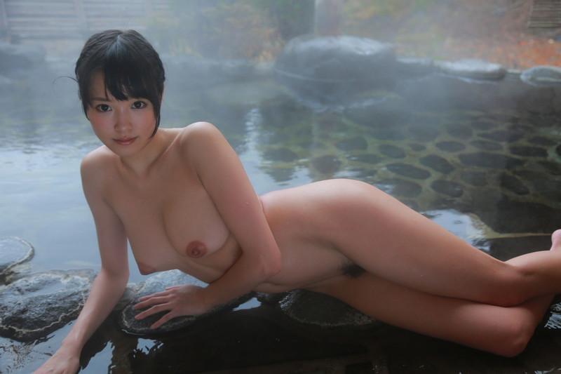 温泉入る美女!