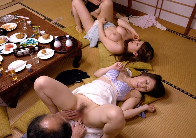 畳の上で熟女と乱交!