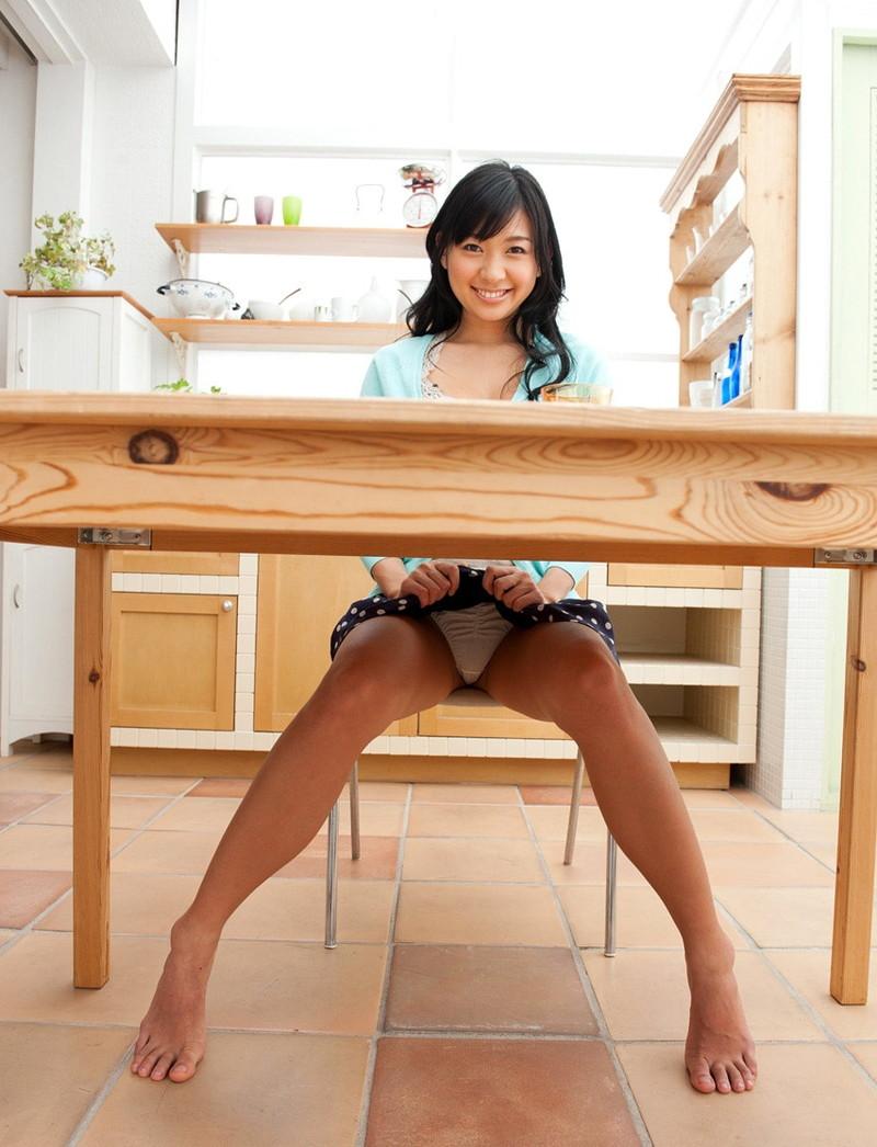 机の下でパン見せ!