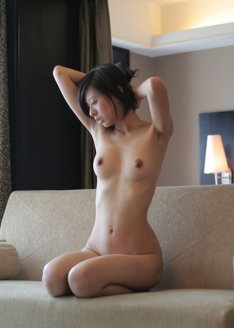 スレンダー美女の全裸が色っぽい!