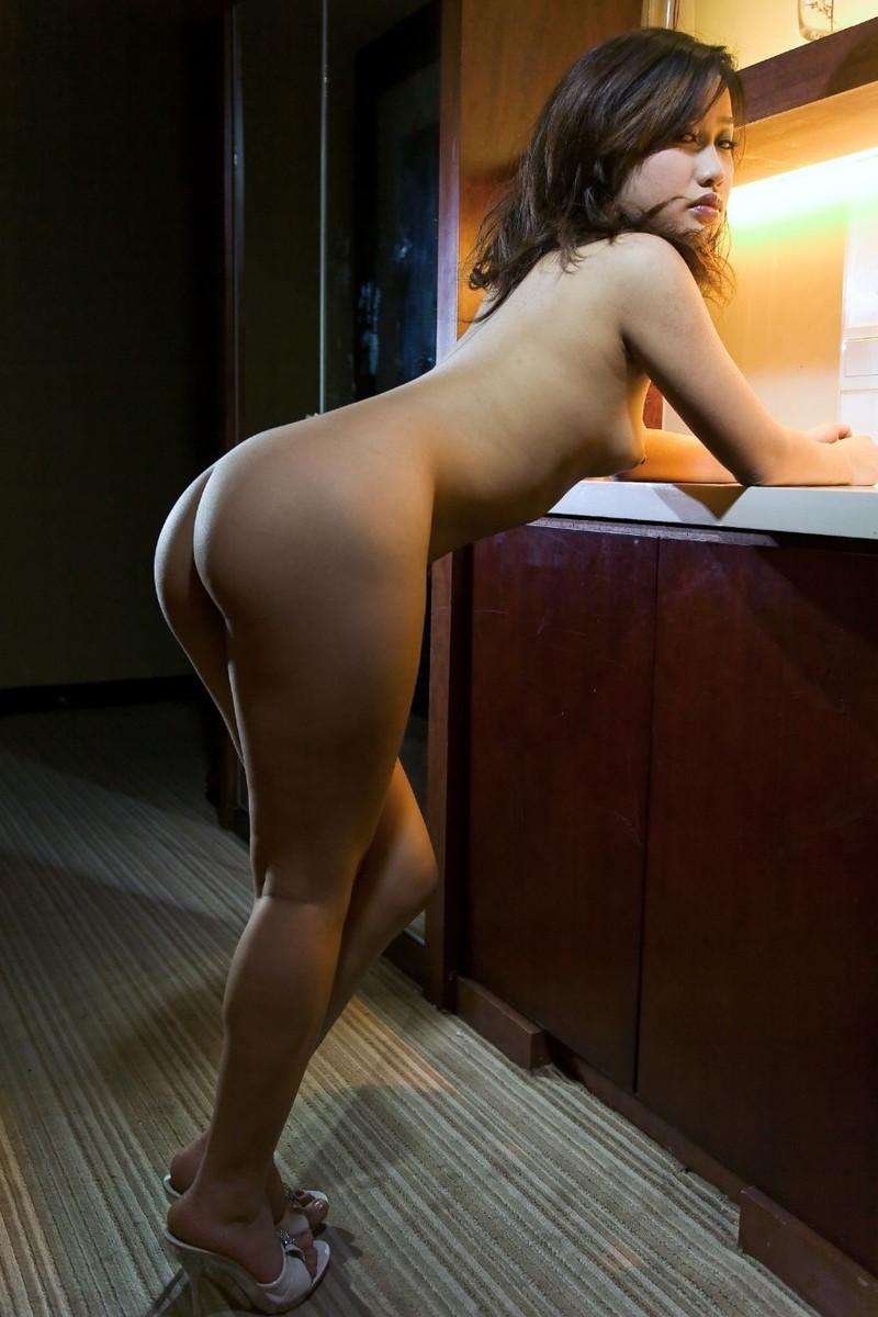 全裸で前かがみ!