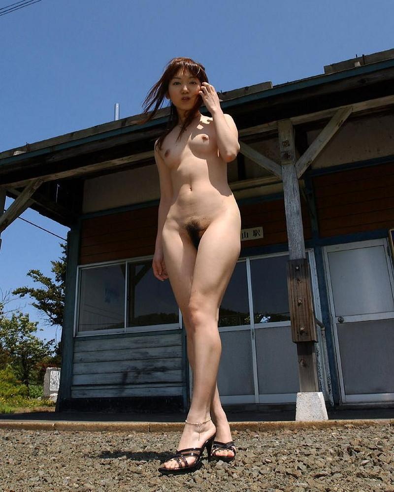 全裸で散歩してるお姉さん!