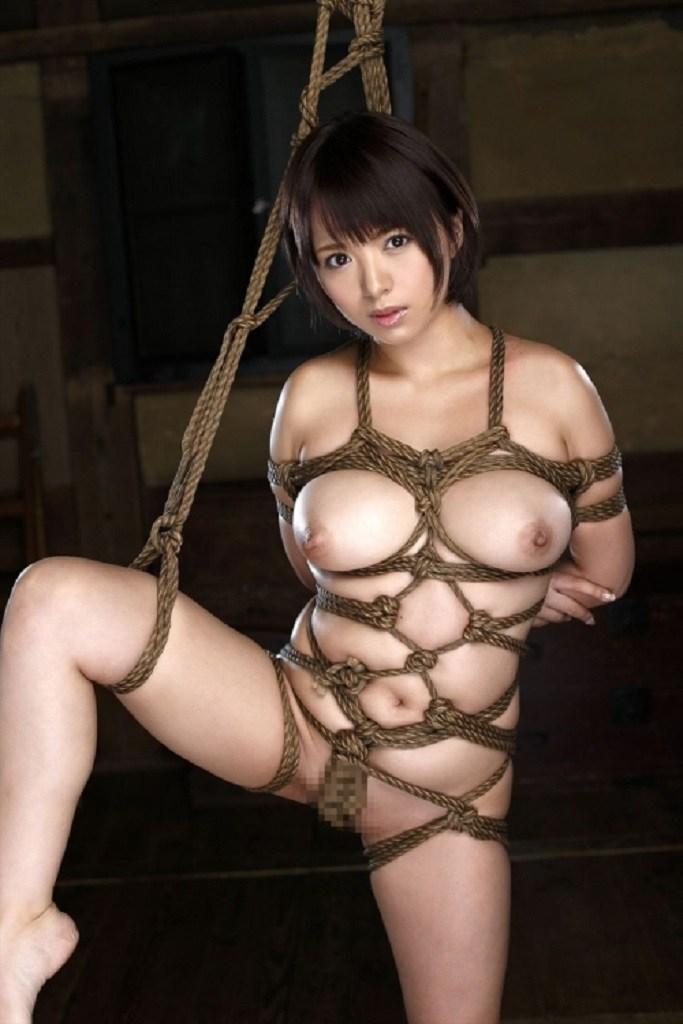 緊縛されてる美少女が全裸!