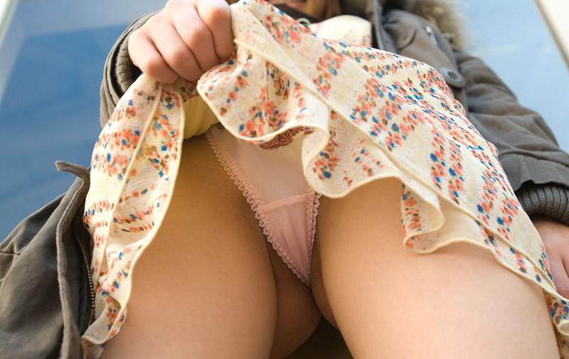 スカート中をローアングルで!