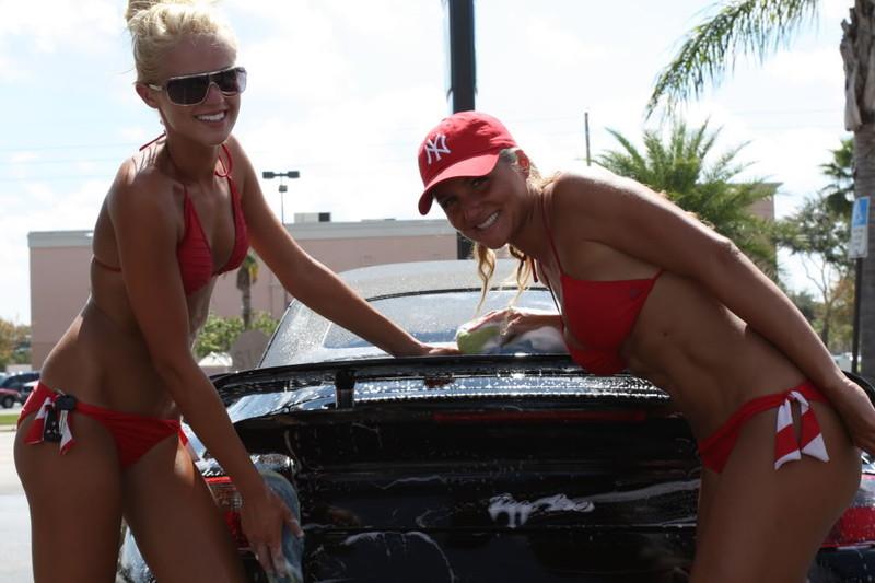 紐パン美女2人から洗車のサービス!