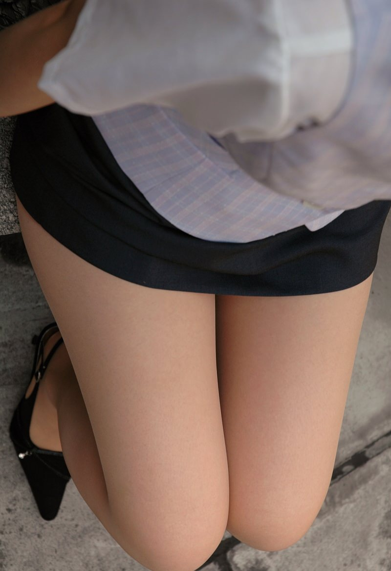OLのタイトスカートから伸びるスレンダーな太もも!