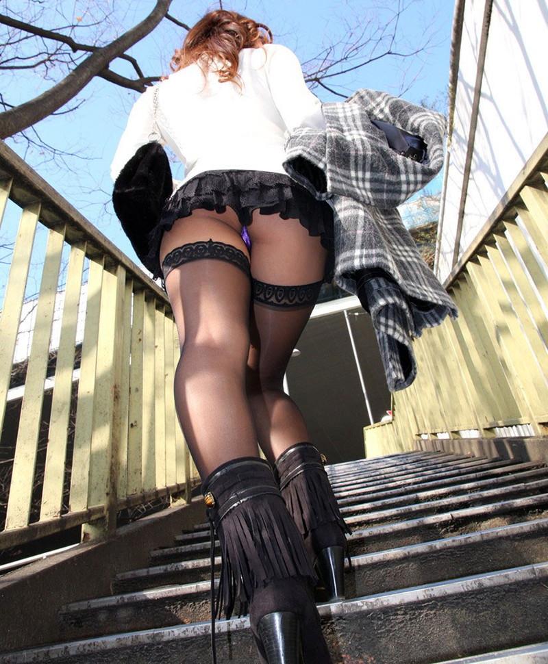 階段パンチラをローアングルで!