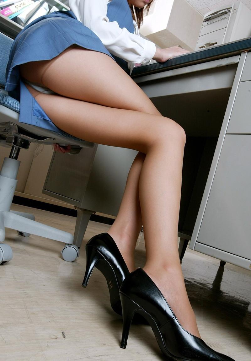 机の下の美脚!
