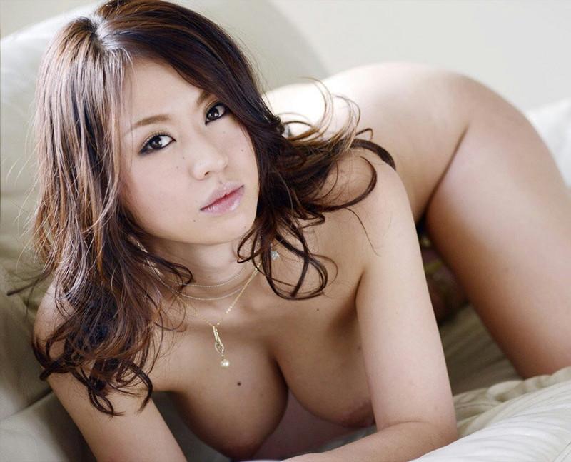 美白の巨乳美女が全裸で…