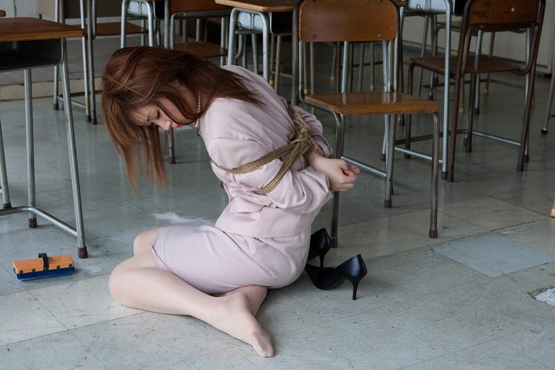 着衣緊縛されてる女教師!