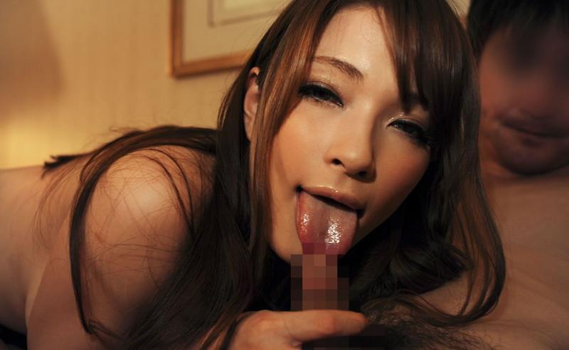 舌出ししながらフェラする美女!