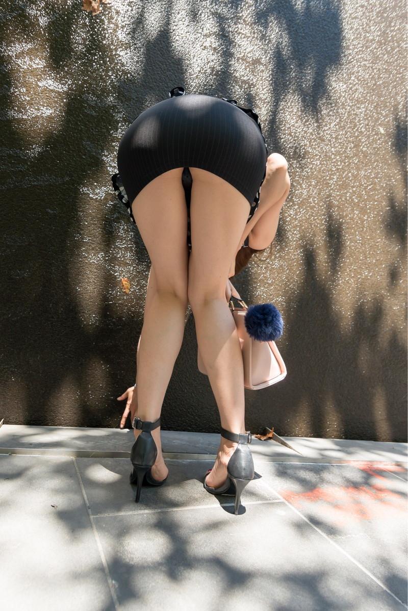 前屈みのタイトスカートはぱつんぱつん!