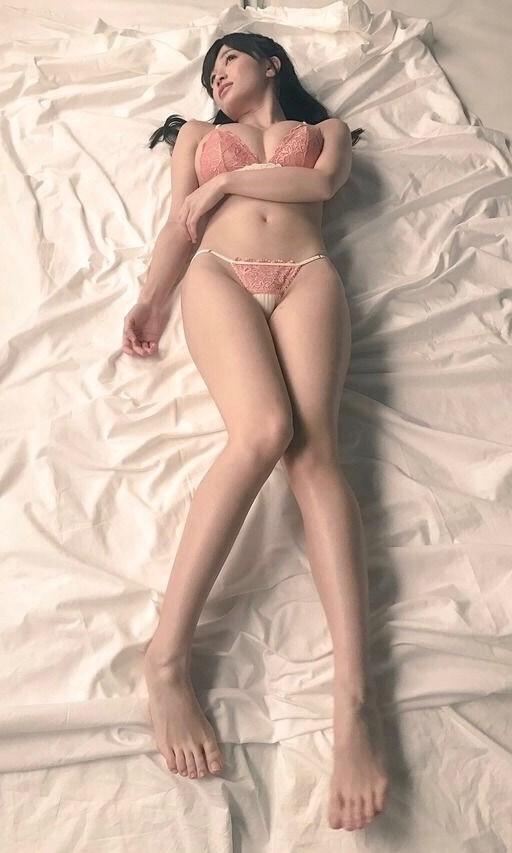 下着姿で寝そべる美女!