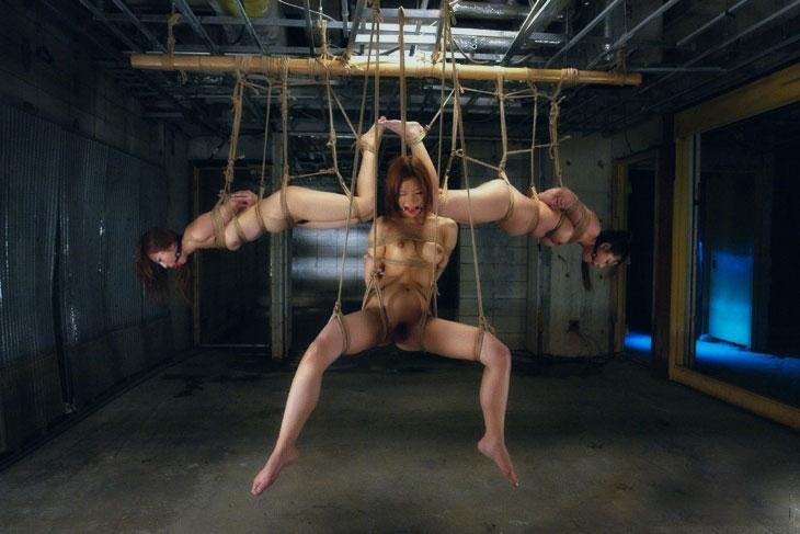 緊縛されて吊られる…