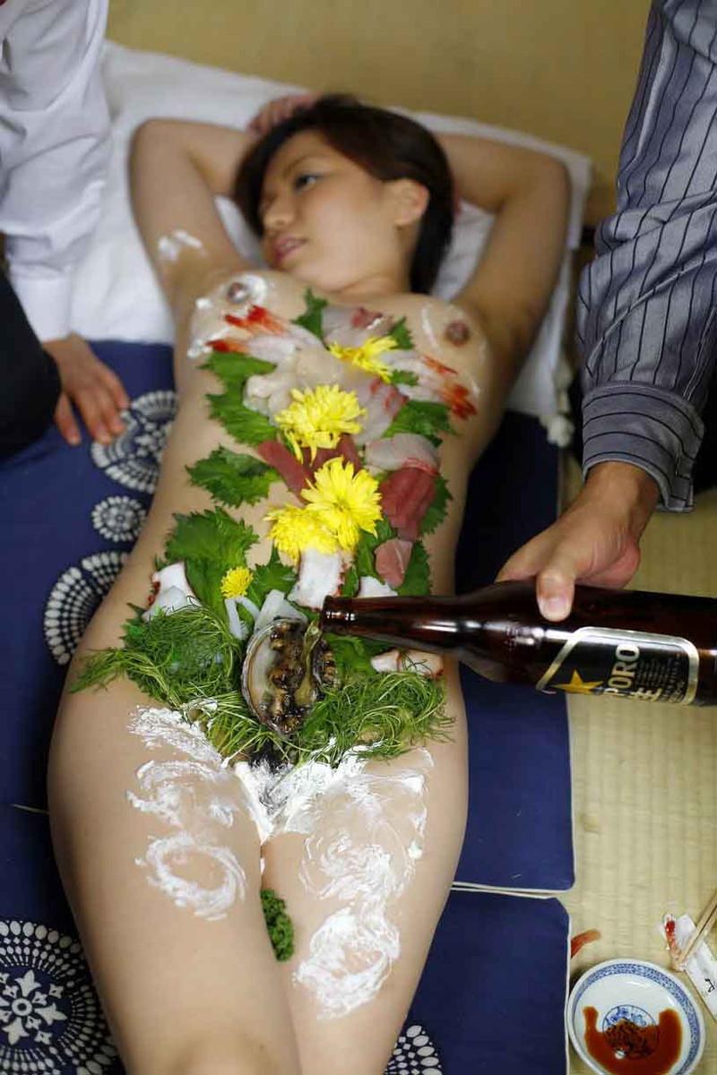 ワカメ酒も進む女体盛り!