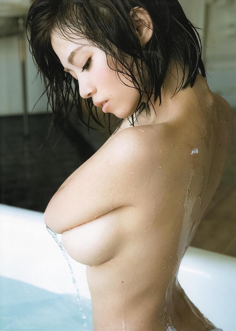 濡れ髪がセクシーな美女!