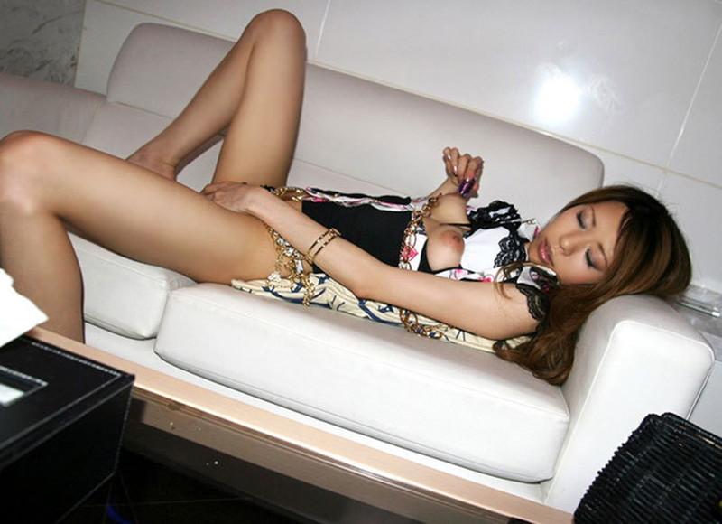 ソファーでローターも使いながら…