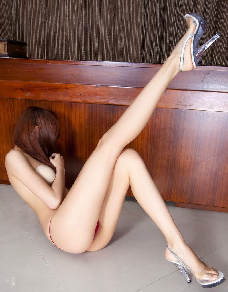 スレンダーな美脚がそそる美女!