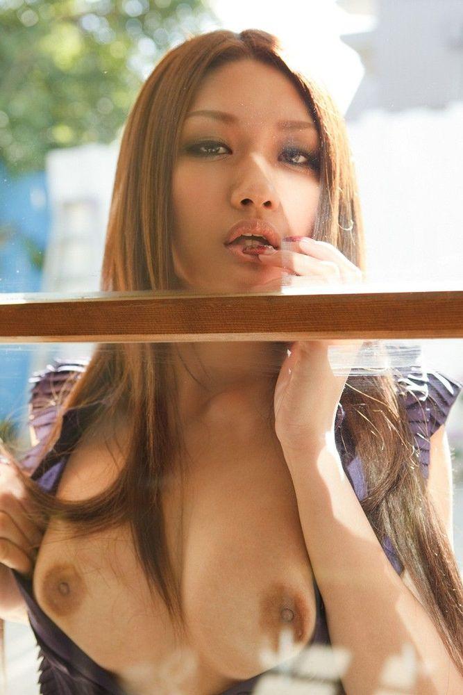 セクシーな美女がガラス越しの誘惑!