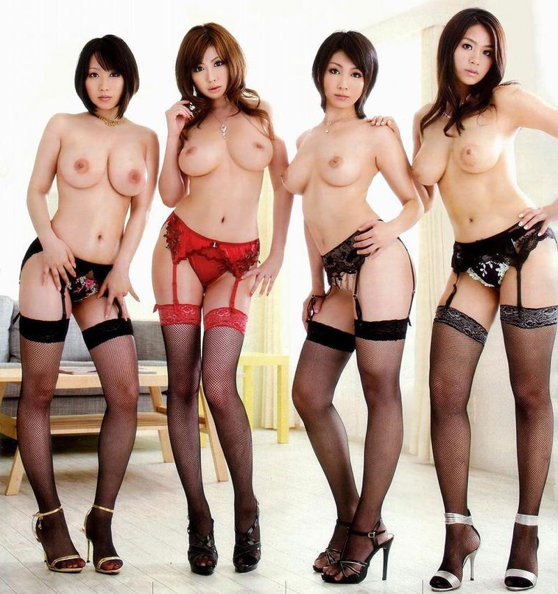 美女4人がトップレス姿で大集合!
