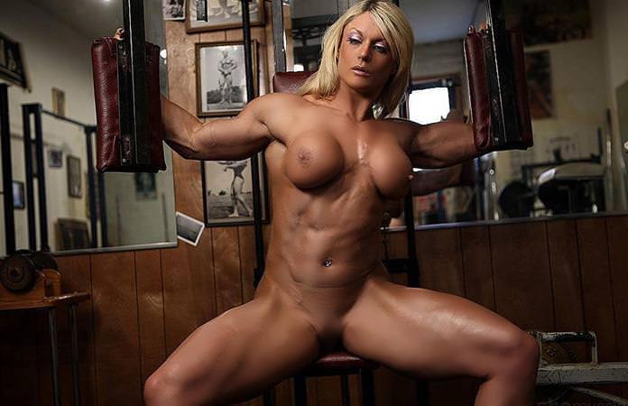 全裸でトレーニングしてるムキムキな美女!