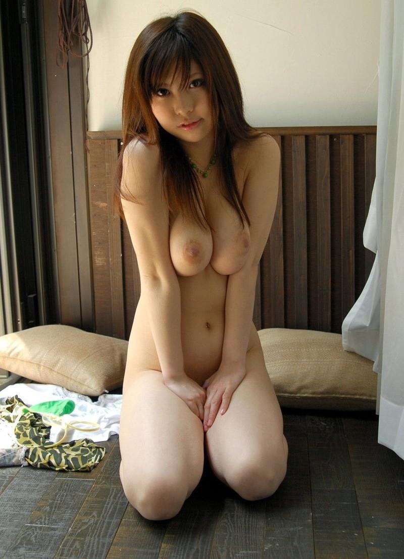 寄せ乳がエロい全裸で正座!