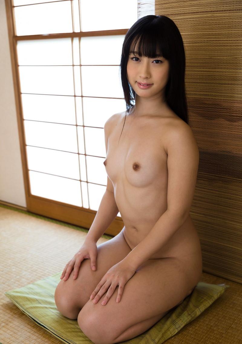 黒髪の美しいお姉さんの全裸正座!
