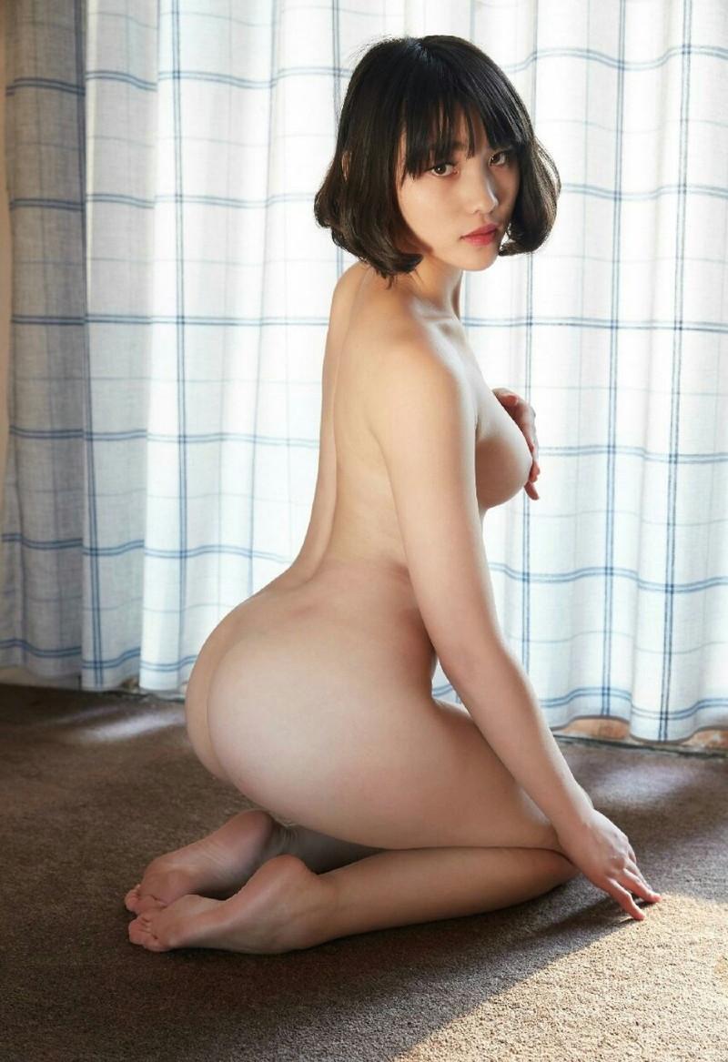 美尻がそそる全裸で正座!
