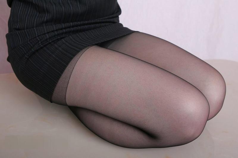 タイトスカート履きながら正座する太もも!