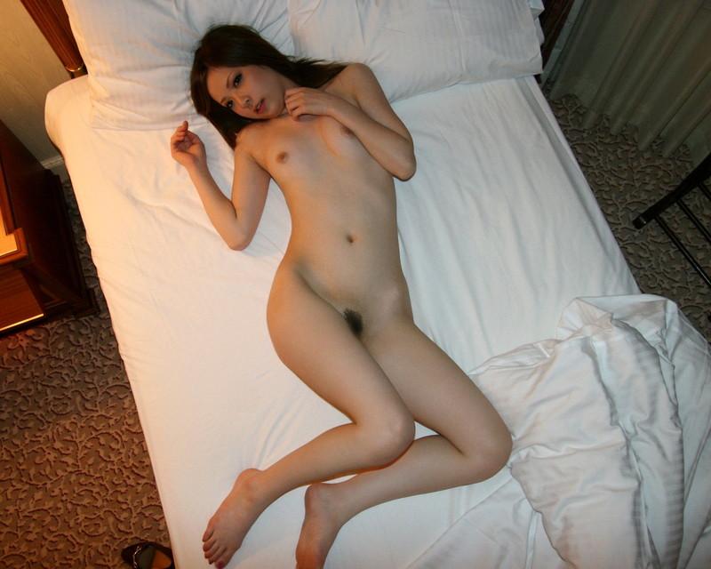 全裸で寝そべるギャル!