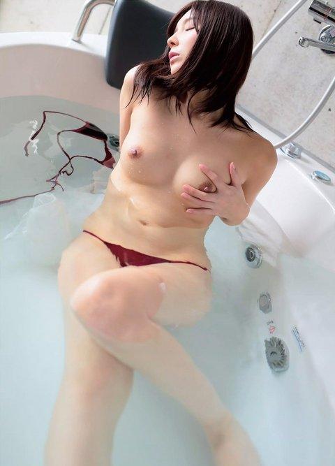 お風呂でセルフ乳揉み!