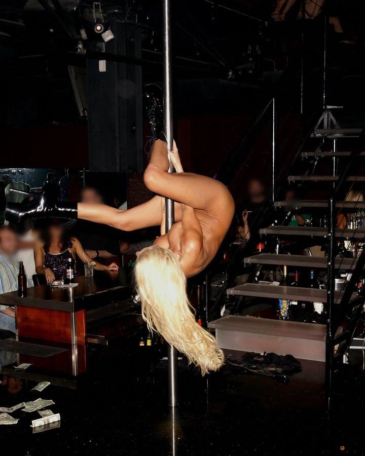 金髪美女が全裸でポールダンス!