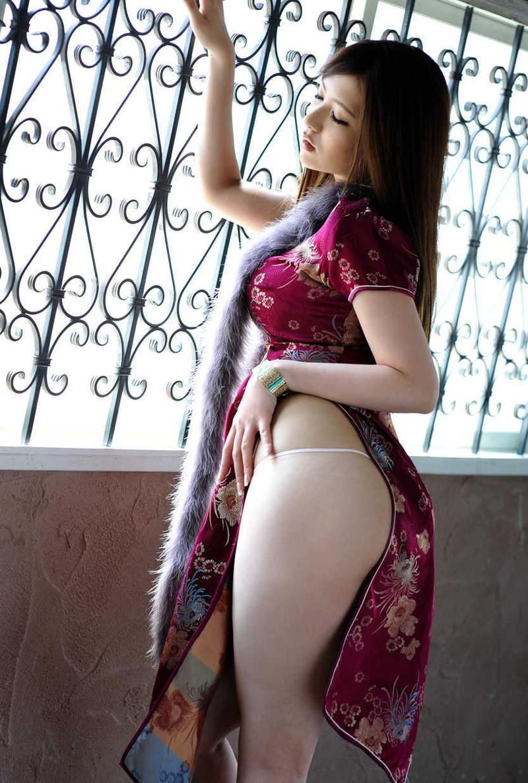 紐パンがセクシーすぎる美女のチャイナドレス姿!