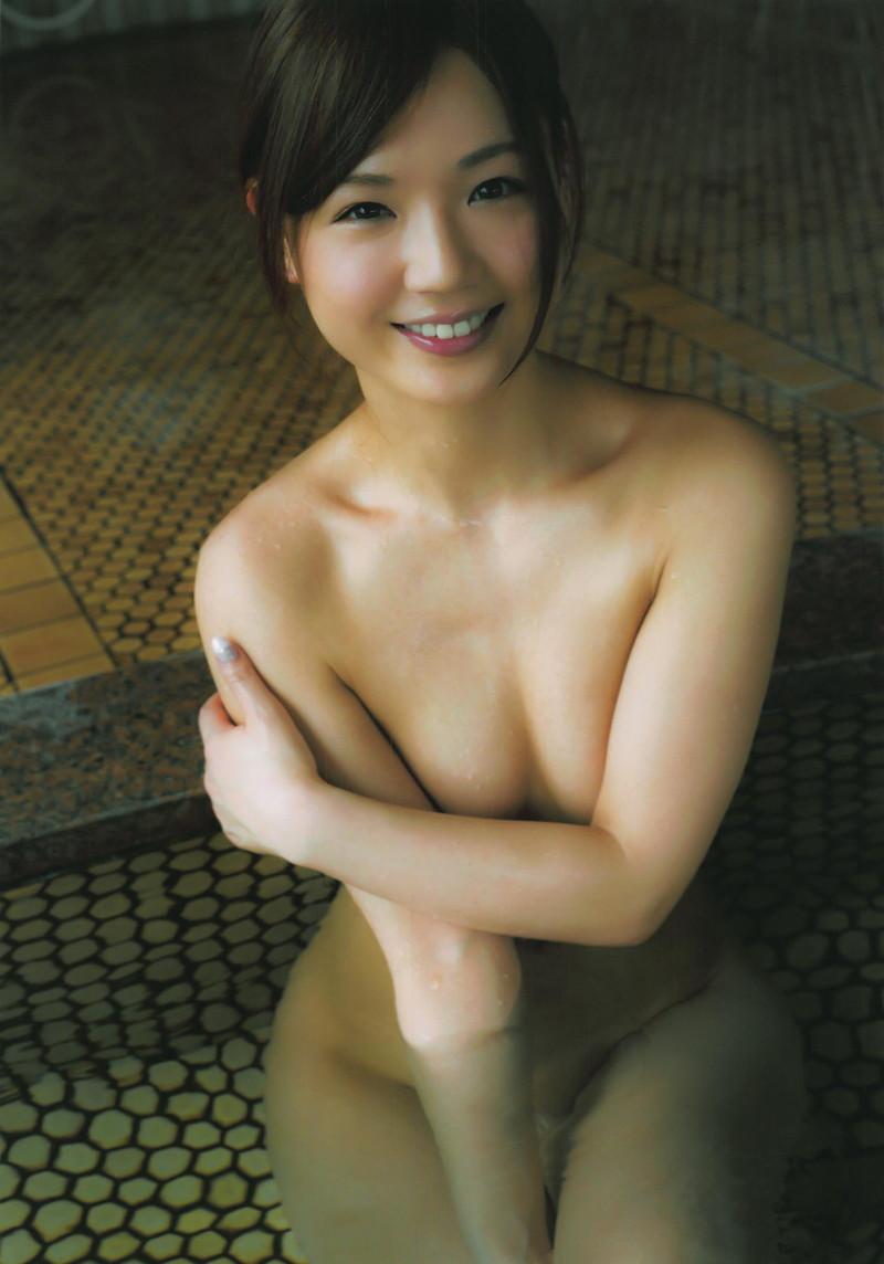 入浴中の笑顔の美女!