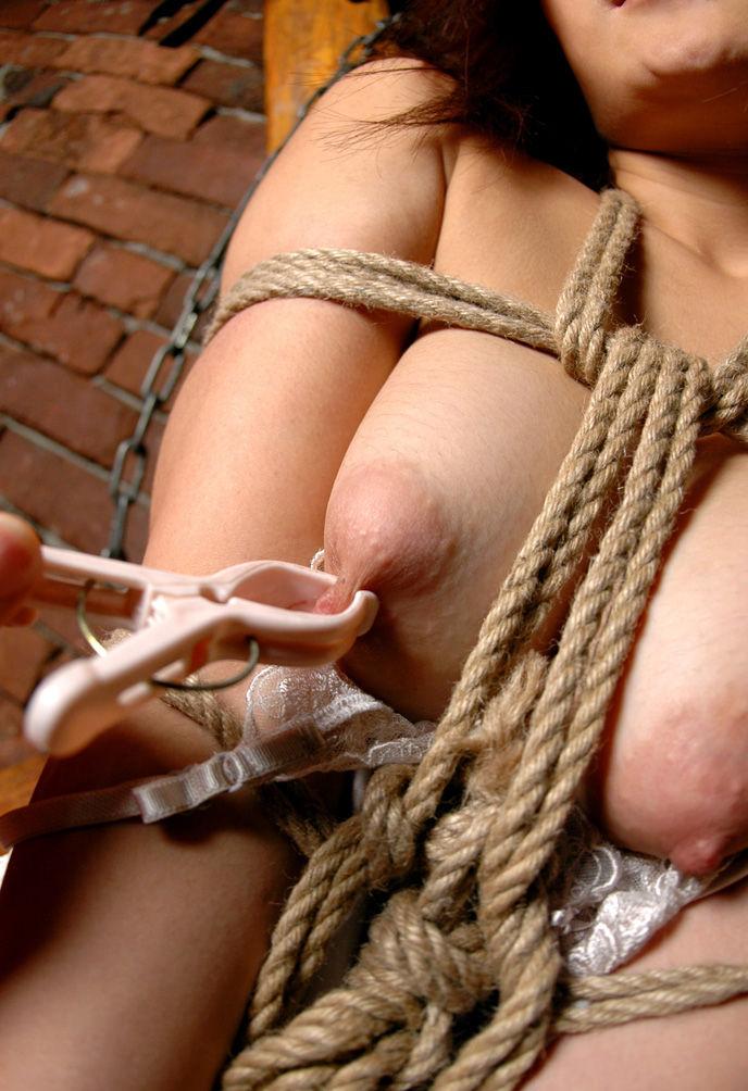 緊縛されながら乳首を洗濯バサミで…