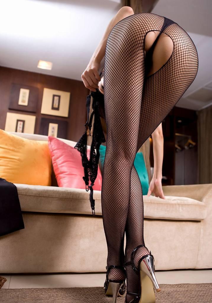 網タイツで美脚が際立つ!