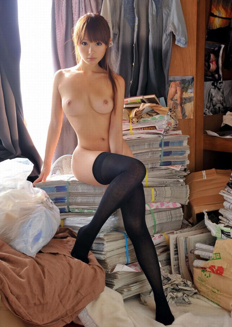 美少女の全裸にニーソ!